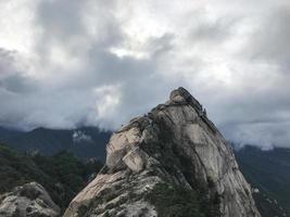 grandi rocce al parco nazionale di seoraksan, corea del sud foto