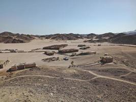piccoli edifici nel deserto d'egitto foto
