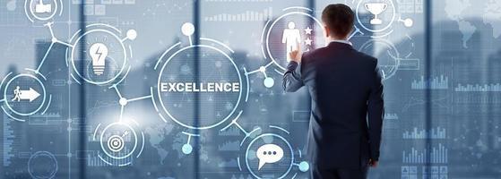 concetto di eccellenza. servizio di qualità. uomo d'affari premendo lo schermo virtuale di eccellenza. foto