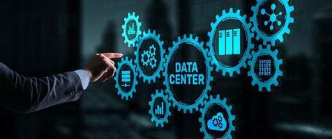 il dito preme sull'icona del centro dati. concetto di affari. foto