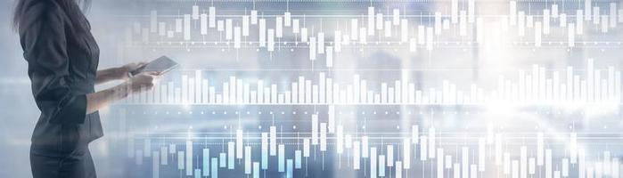 analisi del mercato azionario del grafico del candeliere del volume. persone sulla grafica di sfondo foto