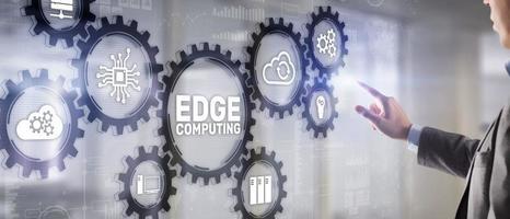 concetto di tecnologia aziendale edge computing su schermo virtuale foto