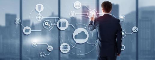 concetto di cloud computing sullo sfondo futuristico della città moderna foto
