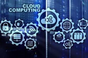 cloud computing, concetto di connettività tecnologica sullo sfondo della sala server foto