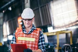 caposquadra di fabbrica che controlla il documento in cantiere foto