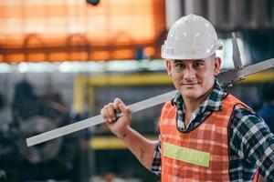 ritratto del caposquadra di fabbrica che guarda l'obbiettivo in cantiere foto