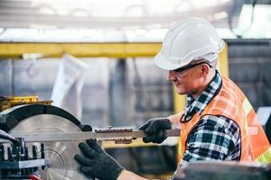 ingegnere metalmeccanico che lavora su un tornio foto