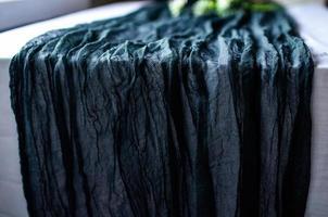 tovaglia rustica in cotone runner di garza di colore blu intenso foto