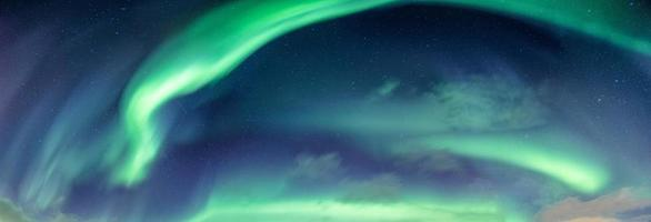 aurora boreale o aurora boreale nel cielo notturno sopra il circolo polare artico in scandinavia foto