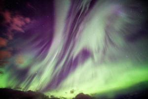 esplosione dell'aurora boreale dell'aurora boreale con le stelle nel cielo notturno nell'Artico foto