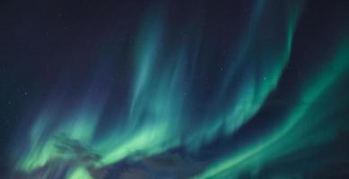 aurora boreale, aurora boreale che brilla nel cielo notturno foto