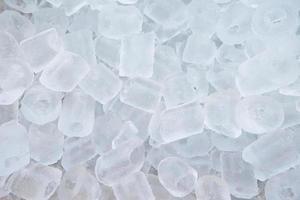 mucchio di cubetti di ghiaccio nel secchio foto