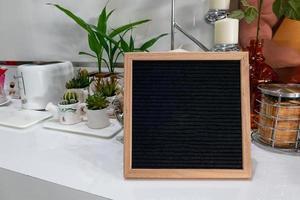 cornice in legno sfondo nero sul tavolo foto