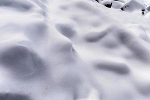 neve bianca coperta sulla collina del pendio in inverno foto