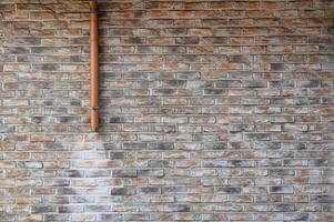 muro di mattoni con fogna in acciaio e macchia foto