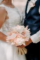 elegante bouquet da sposa di fiori naturali freschi e verde foto