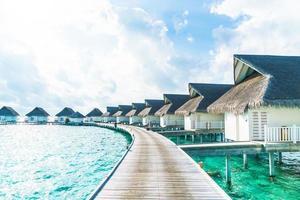 hotel resort tropicale maldive e isola con spiaggia e mare per il concetto di vacanza in vacanza - migliora lo stile di elaborazione del colore foto