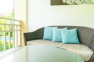comoda decorazione del cuscino sulla sedia del patio sul balcone foto