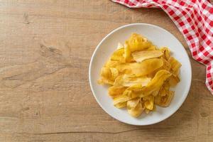 chips di banana - banana affettata fritta o al forno foto