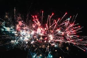 spettacolo di fuoco notturno leggero sullo sfondo del cielo notturno foto