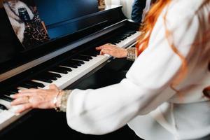 musicista donna suona il sintetizzatore in vacanza foto