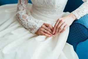 vestire la sposa in un abito da sposa con corsetto e allacciatura foto