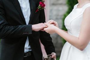 fedi nuziali in oro come attributo del matrimonio di una giovane coppia foto