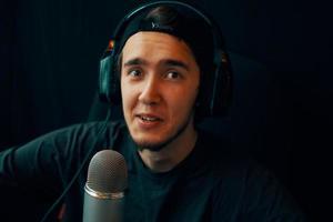 uomo allo studio podcast foto