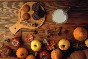 biscotti con latte sul tavolo. foto
