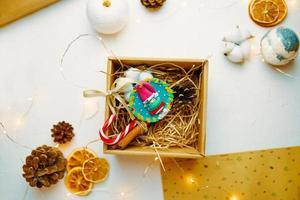 confezione regalo natalizia con simpatico souvenir in argilla polimerica. foto