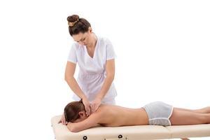 fisioterapista che fa massaggio al collo alla sua paziente foto