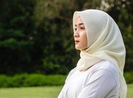 le giovani donne musulmane fanno yoga nel parco foto