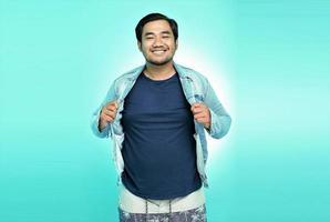 ritratto di un uomo asiatico che indossa una nuova giacca di stoffa con un grande sorriso foto