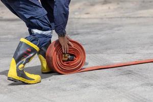 i vigili del fuoco in uniforme da pompiere devono conservare le loro attrezzature dopo l'uso foto
