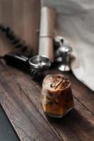 bicchiere di caffè con latte sul tavolo foto