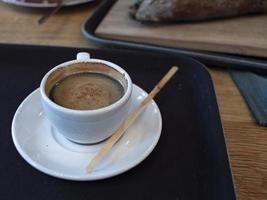 una tazza di caffè sul tavolo. colazione mattutina al bar foto