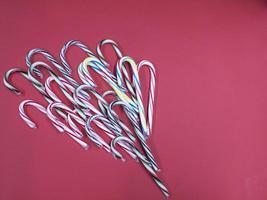 buon natale caramelle caramelle canna su uno sfondo rosa foto