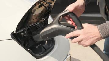uno scatto sotto il portello dove si ricarica l'auto elettrica ecologica foto