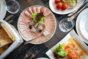servizio di catering da tavola con posate e calici di vetro al ristorante prima della festa foto