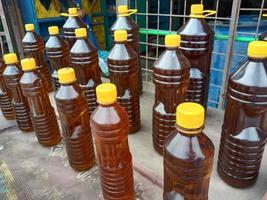 stock di bottiglie di olio di senape in negozio foto