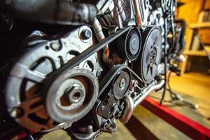 motore v8 fuori sul paranco per essere ricostruito foto
