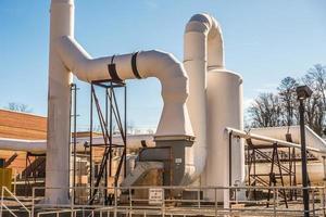 grande tubo dell'acqua in un impianto di trattamento delle acque reflue foto