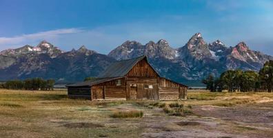 Grand Teton vista panoramica con fienile abbandonato sulla fila mormone foto