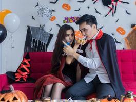 coppia di giovani si diverte a bere e festeggiare la festa di halloween halloween foto
