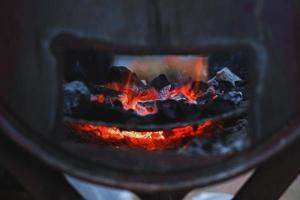 primo piano carbone di legna nella stufa per cucinare e grigliare cibi o barbecue foto