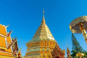 bellissimo monte d'oro al tempio di wat phra that doi suthep a chiang mai, in thailandia. foto