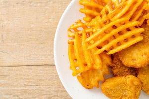 bocconcini di pollo fritto con patate fritte alla piastra foto