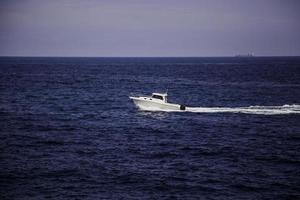 barche in lontananza foto