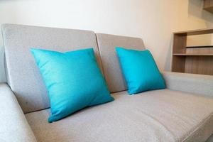 decorazione di comodi cuscini sul divano in soggiorno foto