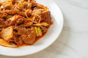 maiale saltato in padella con pasta piccante coreana e kimchi - stile alimentare coreano foto